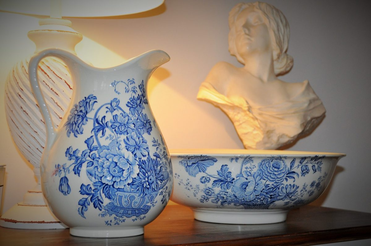 骨董の価値に影響する「キズ」の見分け方
